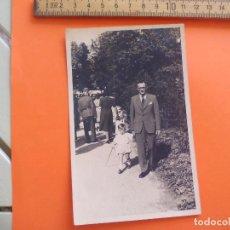 Fotografía antigua: ANTIGUA FOTOGRAFÍA ALEMANIA AÑOS 40 HOMBRE CON NIÑO PASEANDO FOTO.GERMANY PHOTO ANTIQUE. Lote 95388575