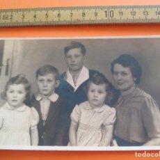 Fotografía antigua: ANTIGUA FOTOGRAFÍA ALEMANIA AÑOS 40 FAMILIA CON GEMELAS. FOTO.GERMANY PHOTO ANTIQUE. Lote 95390791