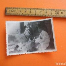 Fotografía antigua: ANTIGUA FOTOGRAFÍA ALEMANIA AÑOS 40 HOMBRE CON NIÑO BEBE PERRO, PERROS FOTO.GERMANY PHOTO ANTIQUE. Lote 95391195
