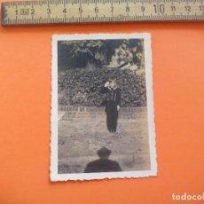 Fotografía antigua: ANTIGUA FOTOGRAFÍA ALEMANIA AÑOS 40 NIÑO SALUDO MILITAR FOTO.GERMANY PHOTO ANTIQUE. Lote 95391663
