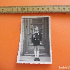 Fotografía antigua: ANTIGUA FOTOGRAFÍA ALEMANIA AÑOS 40 NIÑO CON VELA FOTO.GERMANY PHOTO ANTIQUE. Lote 95391695