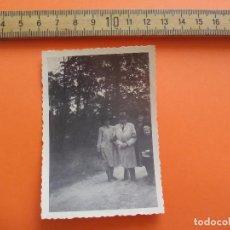 Fotografía antigua: ANTIGUA FOTOGRAFÍA ALEMANIA AÑOS 40 GRUPO MUJERES,HOMBRE Y NIÑO PIN PON FOTO.GERMANY PHOTO ANTIQUE. Lote 95391779