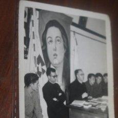 Fotografía antigua: CLAUSURA POZUELO DE ALARCON A. C. 1961 RELIGIOSO CON MILITARES Y BANDERA ESTANDARTE BALONMANO ?. Lote 95627167