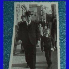 Fotografia antiga: 1945 ANTIGUA FOTOGRAFÍA PADRE E HIJO DE COMUNION MARINERO EN ALICANTE MIDE 8,5/8,5CM. . Lote 95701447