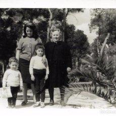 Fotografía antigua: ** AN504 - FOTOGRAFIA - SEÑORA CON TRES JOVENCITOS - 1968. Lote 95836047