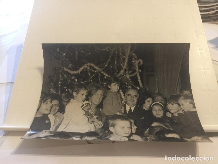 FOTO ORIGINAL AGENCIA KEYSTONE. SR. Y SRA. POMPIDOU CON NIÑOS FRENTE AL ARBOL DE NAVIDAD. 1964. (Fotografía - Artística)