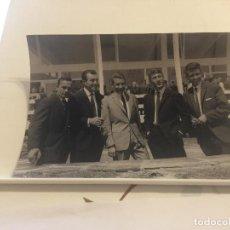 Fotografía antigua: FOTO ORIGINAL AGENCIA KEYSTONE. INAUGURACION DEL INSTITUTO DE TALASOTERAPIA PARA CICLISTAS. 1964. Lote 96431507