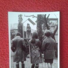 Fotografía antigua: ANTIGUA FOTO FOTOGRAFÍA PHOTO DE TRES MUJERES DE ESPALDAS CON ROPA OSCURA CHAQUETAS CUERO O SIMIL. Lote 97304635