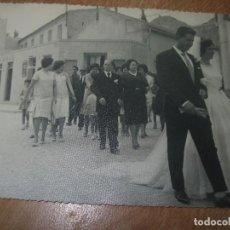 Fotografía antigua: FOTOGRAFIA ANTIGUA CALLOSA DEL SEGURA ALICANTE CALLE DEL PUEBLO BODA FOTOS PERAL. Lote 97410495