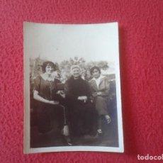 Fotografía antigua: ANTIGUA FOTO FOTOGRAFÍA PHOTO GRUPO DE MUJERES SENTADAS CON ROPA DE ÉPOCA, POSGUERRA ? VER IMAGEN . Lote 97425395