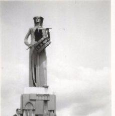 Fotografía antigua: ** T368 - FOTOGRAFIA - TRES AMIGOS JUNTO A UN MONUMENTO. Lote 97479867