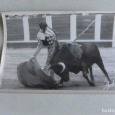 Fotografía antigua: FOTOGRAFÍA DE TOROS BOTAN MANUEL BENITEZ EL CORDOBES. AÑOS 60. Lote 97534243