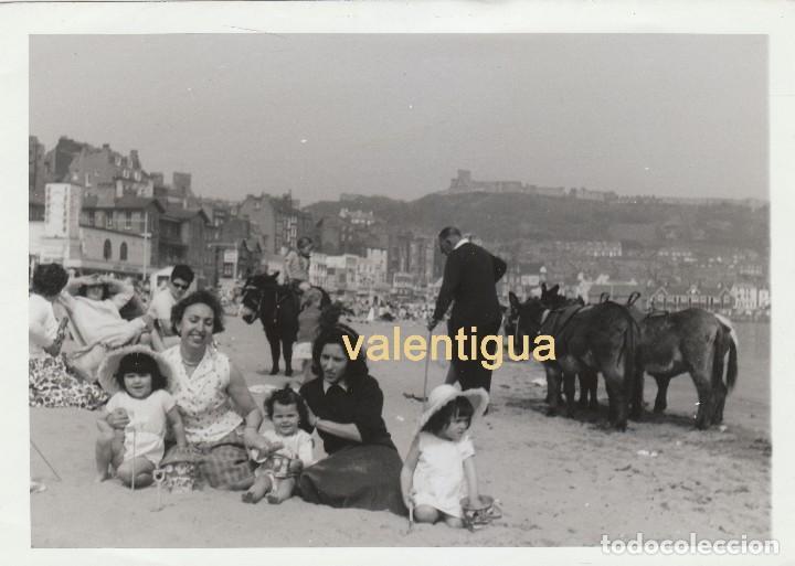 PRECIOSA FOTOGRAFÍA. ESCENA EN LA PLAYA. SEÑOR Y NIÑOS AL LADO DE UNOS BURROS. CASTILLO. AÑOS 50. (Fotografía - Artística)