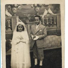 Fotografía antigua: ANTIGUA FOTOGRAFIA - COMUNIÓN DE DOS HERMANOS - MEDIDAS 9 X 7 CM.. Lote 97753855