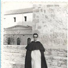 Fotografía antigua: ANTIGUA FOTOGRAFIA - MONJE POSANDO EN EL MONASTERIO - MEDIDAS 7 X 10 CM.. Lote 97754090