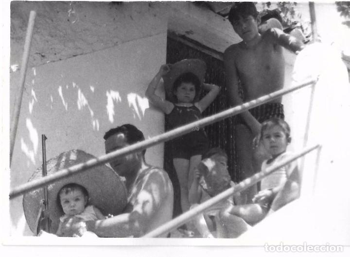 ** RT429 - FOTOGRAFIA - GRUPO FAMILIAR EN UNA ESCALERA (Fotografía - Artística)