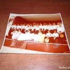 Fotografía antigua: FOTOGRAFÍA ORIGINAL DE UNA RONDALLA Y REINA CON SUS DAMAS. CARACAS 1962. FOTO ZERPA. FORMATO GRANDE. Lote 98031971