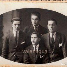 Fotografía antigua: FANTÁSTICA FOTOGRAFÍA. GRUPO DE JOVENES. FOTÓGRAFO J. VILATOBÁ, TARRASA. AÑOS 10-20.. Lote 98479231