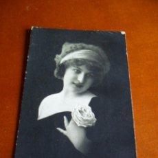 Fotografía antigua: TARJETA POSTAL - FOTOGRAFIA MUJER CON FLOR - 1915. Lote 99109839