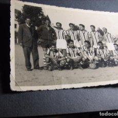 Fotografía antigua: PLANTILLA FUTBOL AÑOS 50 FOTO ANTIGUA TARJETA POSTAL EQUIPO SIN IDENTIFICAR . Lote 100332491