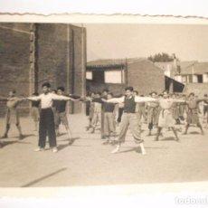 Fotografía antigua: FOTO FOTOGRAFIA DE NIÑOS HACIENDO GIMNASIA EN ESCUELA COLEGIO DE MANRESA. Lote 100389979