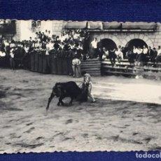 Fotografía antigua: FOTOGRAFIA BLANCO NEGRO TOROS CORRIDA PUEBLO PLAZA FIESTA AÑOS 20 10 X 7 CM. Lote 101067583