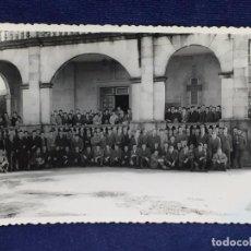 Fotografia antiga: FOTOGRAFIA BLANCO NEGRO ESTUDIANTES PROFESORES FOTOGRAFIA TOMAS EDIFICIO CARMELITA VIGO S XX 14X9 CM. Lote 101068903