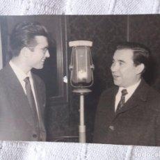 Fotografía antigua: JUANITO VALDERRAMA EN LA RADIO. Lote 101576307