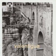 Fotografía antigua: PRECIOSA FOTOGRAFÍA. IMPRESIONANTE PUENTE NUEVO DE RONDA, MÁLAGA. AÑOS 60.. Lote 101604659