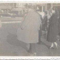 Fotografía antigua: ** SS530 - FOTOGRAFIA - GRUPO DE AMIGOS DE PASEO - BARCELONA 1956. Lote 102278967