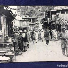 Fotografía antigua: FOTOGRAFIA BLANCO NEGRO CALLE PAKISTAN FRANJA PESHAWAR NORTE INDIA AÑOS 50 70 40 X 27,5 CM. Lote 103389663