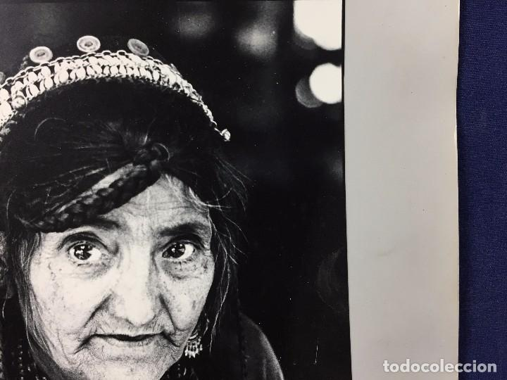 Fotografía antigua: fotografia blanco negro mujer anciana sabiduria etnia grupo indios america años 60 70 40 x 30 cm - Foto 6 - 103390923