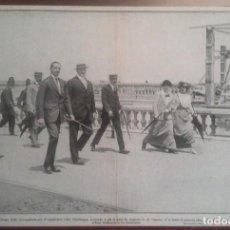 Fotografía antigua: FOTOGRAFÍA DE ALFONSO XIII PASEANDO POR LA PLAYA DEL SARDINERO, SANTANDER. Lote 103965623