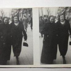Fotografía antigua: ANTIGUA FOTOGRAFIA DOBLE. MADRE E HIJA PASEO CENTRO BARCELONA. 1934 CON VALE PARA RETRATO ARTISTICO. Lote 103998683