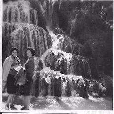 Fotografía antigua: ** X1125 - FOTOGRAFIA PEQUEÑO FORMATO - DOS SEÑORAS JUNTO A LA CASCADA IRIS - 6 X 6 CM.. Lote 103999943