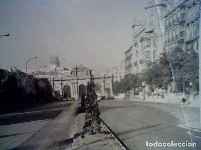 Fotografía antigua: fotografia particular madrid años 60 aprox puerta alcala - Foto 3 - 105086787