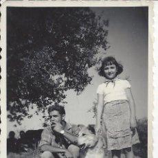 Fotografía antigua: FOTO MATRIMONIO CON PERRO. AÑOS 50. Lote 105678479