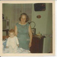 Fotografía antigua: FOTO AMA DE CASA Y NIETO. AÑOS 70 /80. Lote 105679167