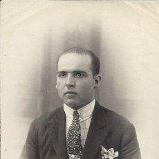 Fotografía antigua: FOTO HOMBRE JOVEN CON TRAJE YCORBATA. AÑOS 30/40. Lote 105796615