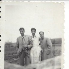 Fotografía antigua: FOTO AMIGOS CON GABARDINA AÑOS 40. Lote 105799175