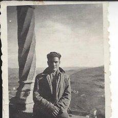 Fotografía antigua: FOTO HOMBRE EN LA VIRGEN DE LA PEÑA DE GRAUS ( HUESCA). AÑOS 40/50. Lote 105799339