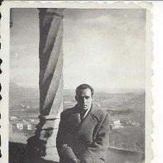 Fotografía antigua: FOTO HOMBRE EN LA VIRGEN DE LA PEÑA DE GRAUS ( HUESCA). AÑOS 50. Lote 105799411