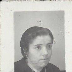 Fotografía antigua: FOTO SEÑORA TAMAÑO CARNET EXTRAIDA DEL PASAPORTE.AÑOS 50. Lote 105799535