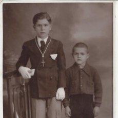Fotografía antigua: FOTO COMUNION CON HERMANO. AÑOS 40. Lote 105800323