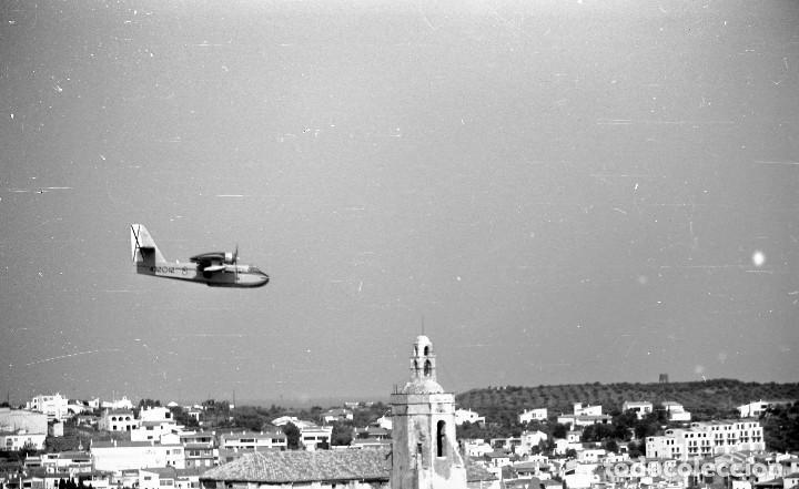 Fotografía antigua: 1981. Hidroavión Canadair extinguiendo un incendio en Cadaqués. 6 neg. 24x36 mm blanco y negro - Foto 2 - 108246823