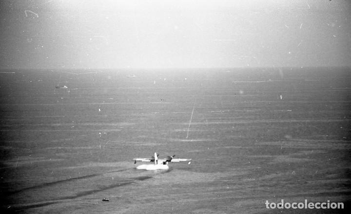 Fotografía antigua: 1981. Hidroavión Canadair extinguiendo un incendio en Cadaqués. 6 neg. 24x36 mm blanco y negro - Foto 3 - 108246823