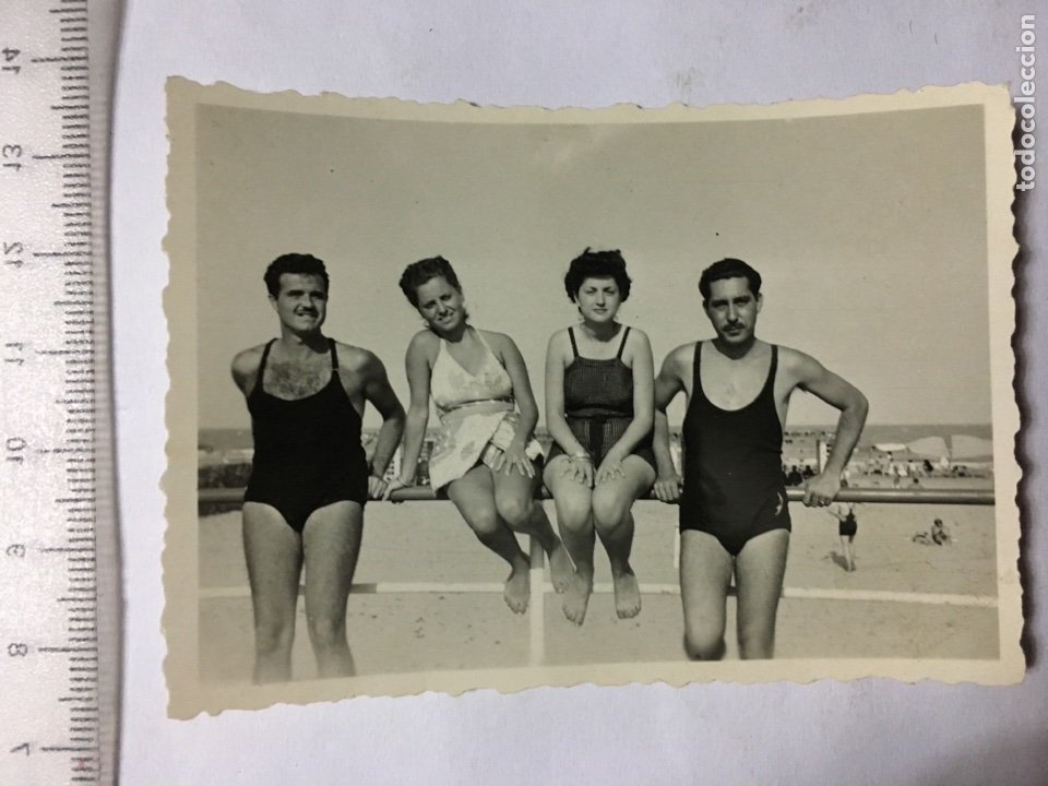 FOTO. BAÑISTAS. EN LA PLAYA. FOT. ANÓNIMO. H. 1950? (Fotografía - Artística)