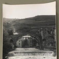 Fotografía antigua: CAMPRODON. PUENTE ROMANO. VISTA PARCIAL. TAMAÑO GRANDE. 40 X 30 CM. FOT. ANTONI FELIU I CODINA.. Lote 109539531