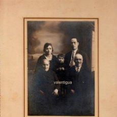 Fotografía antigua: MAGNÍFICA FOTOGRAFÍA. RETRATO FAMILIAR, TRES GENERACIONES. PHOTO NUEVO, MONFORTE. AÑOS 20.. Lote 110191455