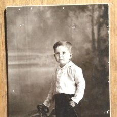Fotografía antigua: NIÑO CON COCHE DE JUGUETE - FOTO: DERREY - VALENCIA. Lote 110191751